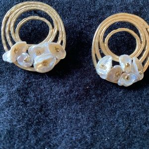Gold and pearl flower fashion earrings